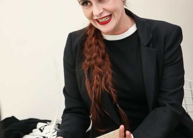 Fernanda Young é enterrada sob aplausos em São Paulo